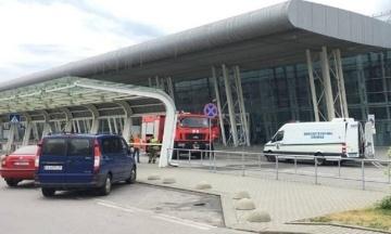 В аэропорту Львова саперы взорвали ноутбук. Из-за подозрительной сумки пришлось эвакуировать людей