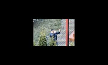 В Латвии русский военный атташе показывал средние пальцы соседям, которые жаловались на его шумную вечеринку