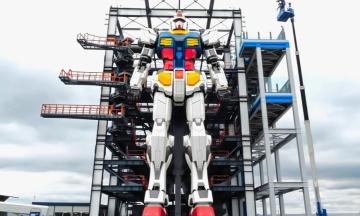 В Японії тестують 18-метрового бойового робота з аніме. Він уже навчився вставати на коліно