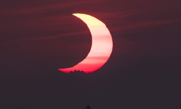 У світі сьогодні спостерігали кільцеподібне сонячне затемнення. Жителі різних куточків Землі діляться знімками