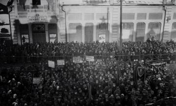 Сто лет назад большевики из Москвы запустили политику «украинизации», чтобы укрепить свою власть в Украине. А когда она стала угрожать режиму, ее сторонников сослали в лагеря и расстреляли