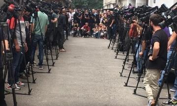 У Грузії поховали телеоператора, якого побили на акції ЛГБТ. Канали і радіо на його честь перервали мовлення