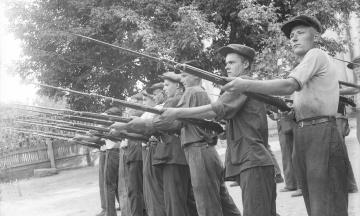 96 лет назад в СССР узаконили обязательную военную службу, а еще раньше придумали военкоматы. Как менялись возраст, сроки и льготы для призывников — в архивных фото