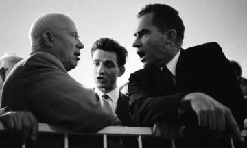 64 роки тому Микита Хрущов вирішив наздогнати і перегнати США та показати їм «кузькіну мать». Зрештою СРСР (тимчасово) виграв космічну гонку, але залишився без їжі. Як це було — в архівних фото