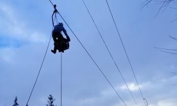 На горнолыжном курорте Славское останавливалась канатная дорога: туристов с подъемника снимали спасатели