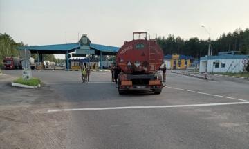 П'яний далекобійник зніс шлагбаум у пункті пропуску на кордоні з Білоруссю. Водій автоцистерни отримав одразу шість адмінпроваджень