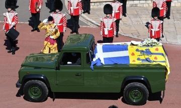 В Британии похоронили принца Филиппа. Гроб привезли на машине, которую разработал сам умерший