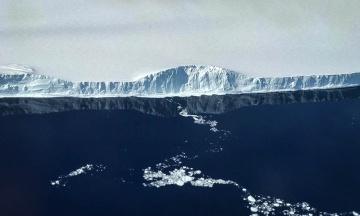 Один из крупнейших айсбергов мира раскололся на две части. Но он до сих пор способен уничтожить экосистему острова