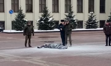 У Мінську під будівлею уряду загорілась людина. Очевидці повідомляють, що це самопідпал