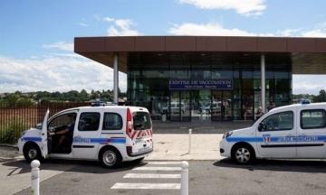 У Франції розгромили два центри вакцинації. Один залили водою, другий — підпалили