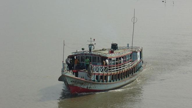 В Бангладеш катер столкнулся с баржей и затонул. Погибли по меньшей мере 26 человек