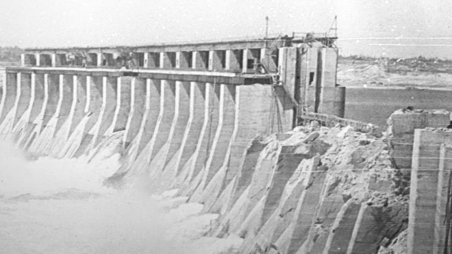 80 лет назад чекисты взорвали плотину ДнепроГЭСа, чтобы остановить немцев. Но вместо этого убили тысячи советских солдат. Как разрушали и восстанавливали станцию во время Второй мировой — фотоистория