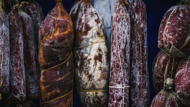 На Прикарпатье таможенники изъяли у мужчины 250 кг вяленой колбасы, которую ему в Польше дали вместо зарплаты
