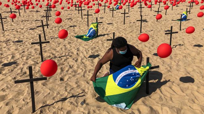 Смертність від коронавірусу в Бразилії — одна з найвищих у світі. При цьому президент країни Жаїр Болсонару виступає проти локдауну та масок, а епідеміологи чекають на нові штами вірусу. Що пішло не так?