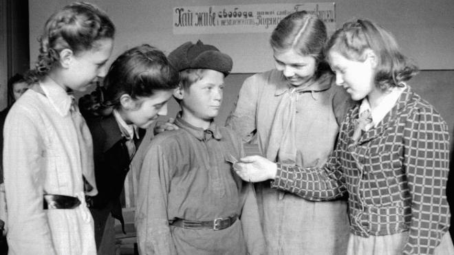 67 років тому в СРСР повернули спільне навчання хлопців і дівчат. Їх розділили з подачі Сталіна, але експеримент провалився. Як це було — в архівних фото з київських шкіл
