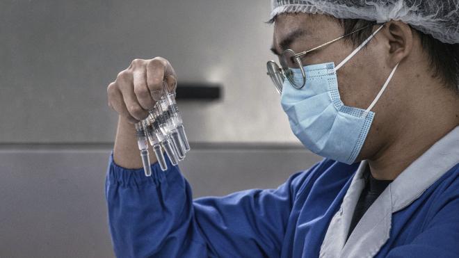 Коронавірус швидко мутує, чи спрацюють проти нових штамів існуючі вакцини? Поки що так. Але потім їх доведеться модернізувати, й Україні, схоже, у цьому плані не пощастило