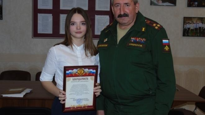 В России 17-летняя школьница решила побыть «волонтером» в военкомате. Она ходит по домам и вручает призывникам повестки