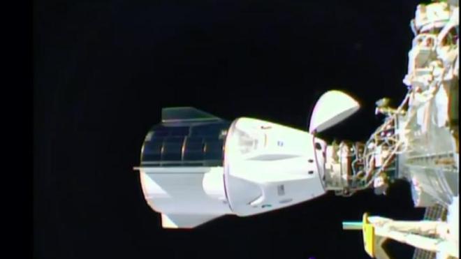 Корабль Crew Dragon компании SpaceX с четырьмя астронавтами успешно состыковался с МКС