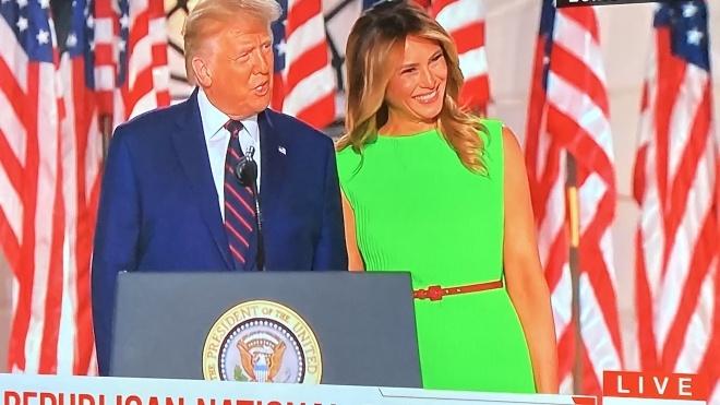 Супруга президента США на съезд партии пришла в платье цвета «зеленого экрана» и породила новый мем. С ней такое не впервые
