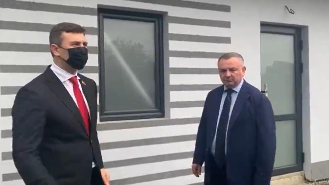 Тищенко во время поездки на Закарпатье заставлял главу таможни говорить, что «венгры наши друзья». Затем призвал повторить это на двух языках