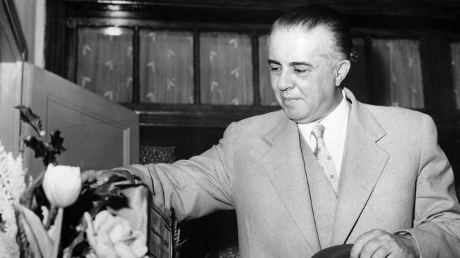 Диктатор Енвер Ходжа правив Албанією 40 років. Він забороняв джинси і автомобілі, розстрілював конкурентів по партії, побудував мільйон бункерів — але його так і не скинули