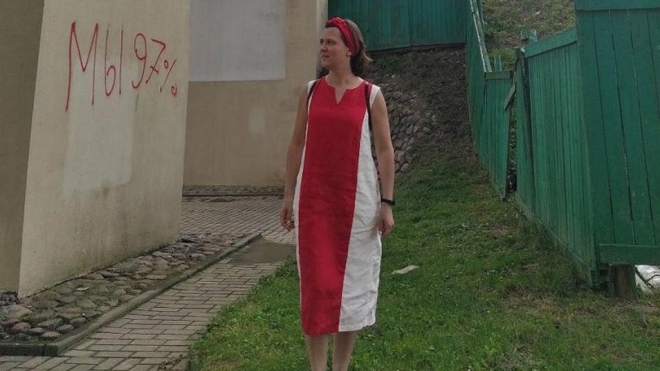 В Беларуси женщину задержали и будут судить за бело-красное платье