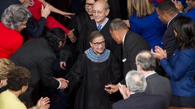 Рут Гинзбург была второй женщиной в истории США, которая стала судьей Верховного суда. Она прожила 87 лет, боролась за права женщин и стала «рок-звездой» юриспруденции — вот ее история коротко