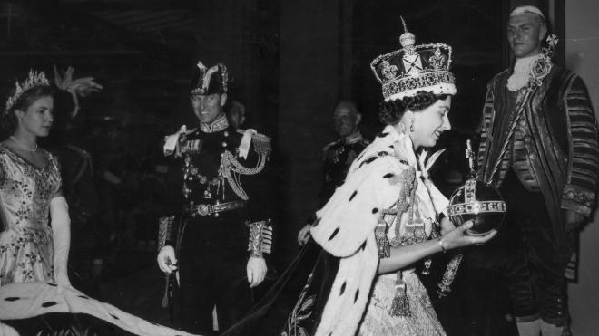 68 років тому відбулася коронація Єлизавети II. Ось 15 яскравих фото церемонії — багатотисячна хода, перша телетрансляція, важка корона і бешкетник принц Чарльз
