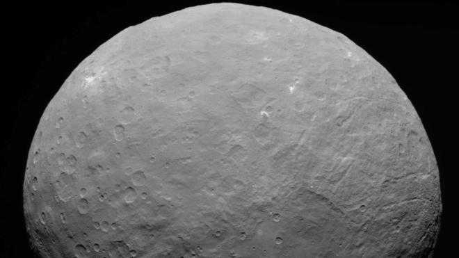 Космічний апарат Dawn виявив солону воду на невеличкій планеті Церера в Сонячній системі. Там може бути життя