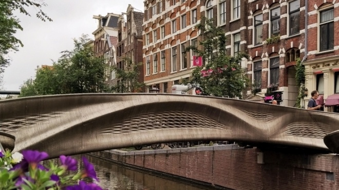 В Амстердаме установили первый в мире напечатанный на 3D-принтере стальной мост