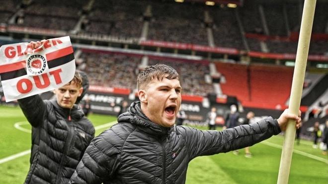 Фанаты «Манчестер Юнайтед» сорвали матч своей команды в АПЛ. Они прорвались на поле, протестуя против Суперлиги