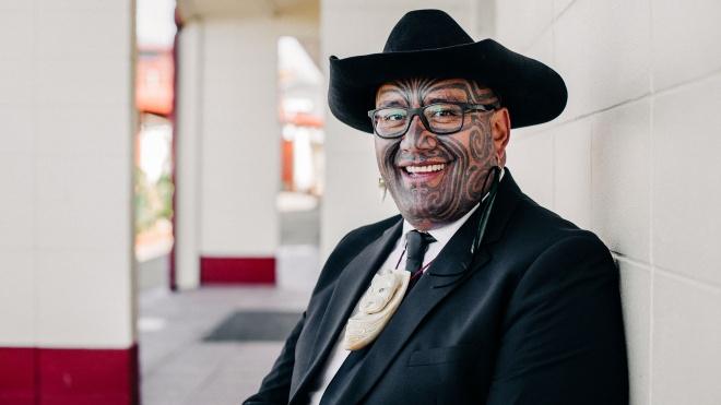 Парламент Новой Зеландии позволил депутату-маори вернуться в зал без галстука. Они теперь вообще не будут обязательными