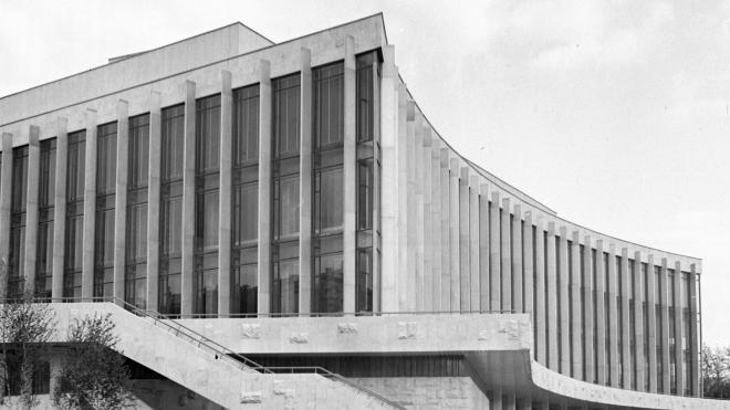 51 рік тому в Києві відкрили Палац «Україна». Його будували потай від Москви під виглядом кінотеатру, а згодом главі УРСР це пригадали. Згадуємо, як це було — в архівних фото