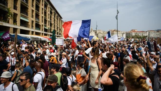 Во Франции невакцинированных медиков отстранят от работы — люди вышли на протест