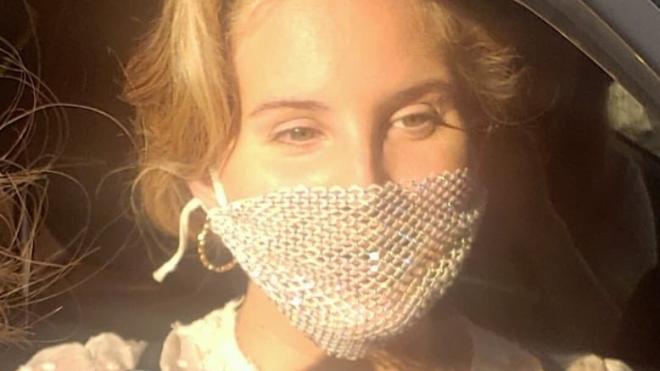 Лана Дель Рей прийшла на автограф-сесію у сітчастій масці. Вона фотографувалася у ній поряд з фанатами