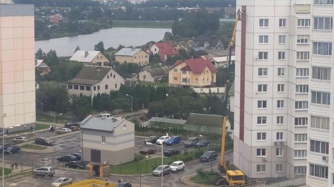 У Білорусі на білому будинку з червоною смугою намалювали зелену — щоб він не нагадував прапор опозиції