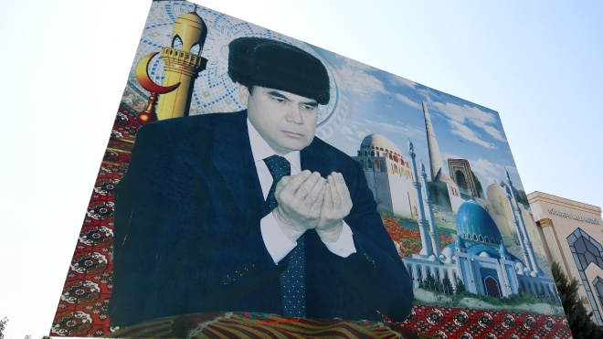 У Туркменістані влада змушує людей купувати разом із продуктами портрети президента