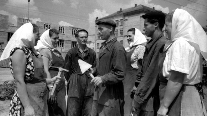 64 года назад «хрущевки» стали эталоном жилой архитектуры. Их строили на время, до наступления коммунизма. Он не настал — СССР развалился, а «хрущевки» остались. Как это было — в архивных фото Киева