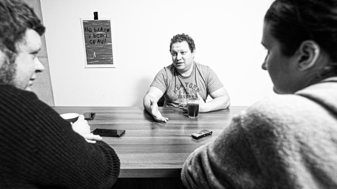 Яна Монастирського люблять за найкращі хот-доги Києва і ненавидять за різкі коментарі в соцмережах. Коли його кафе згоріло, любов принесла донати, а за коментарі довелося відповісти — велике інтерв'ю