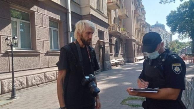 Требовали удалить фото. После акции протеста «Нацкорпуса» неизвестные избили журналиста издания «Буквы»