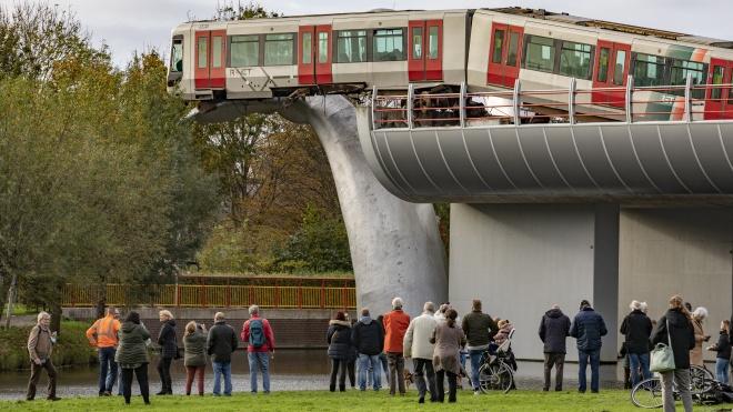 У Нідерландах зняли вагон метро, який вилетів за огорожу і застряг на скульптурі