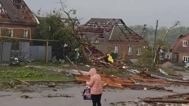 Из-за ливней и сильного ветра в двух областях Украины повреждены кровли более сотни домов, повалены десятки деревьев