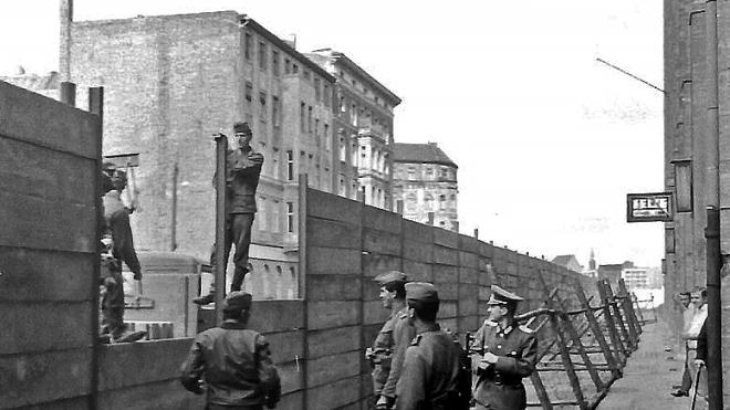 60 років тому з'явився Берлінський мур. Його звели за ніч «для захисту від фашистів». Насправді ж — аби зупинити масові втечі із соціалістичної НДР. Як це було (в архівних фото)
