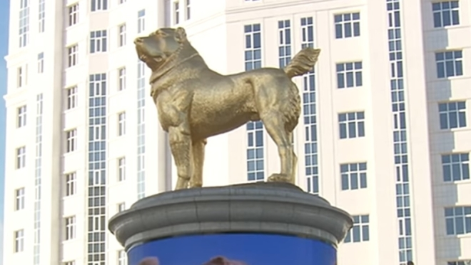Президент Туркменистана открыл золотой 15-метровый памятник алабаю. Об этой породе собак он уже написал книгу и выпустил песню