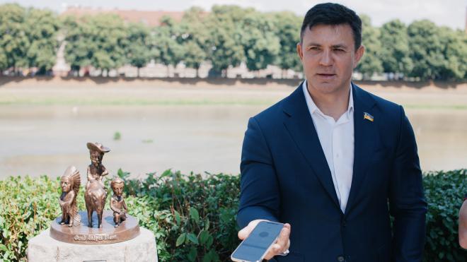 Депутата Николая Тищенко власть отправила на Закарпатье. Там он воюет с главой ОГА, дружит с контрразведчиком и ждет извинений от Порошенко. Один день с «ревизором президента». Эпизод первый