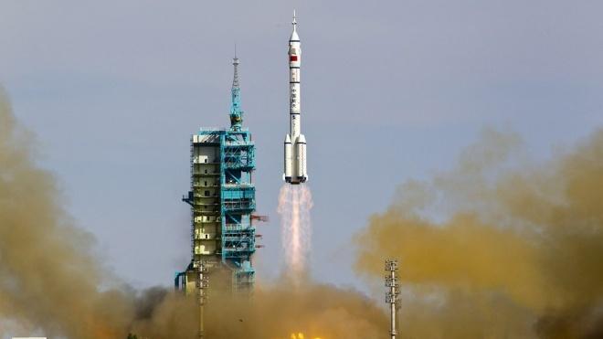 Перший за п'ять років китайський екіпаж прибув на свою орбітальну станцію