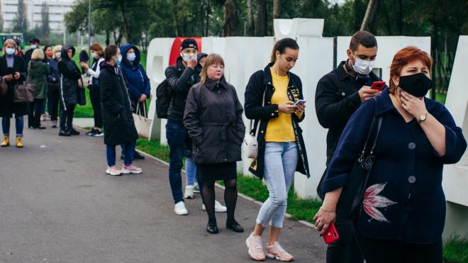«Как в Мавзолей». Киевляне выстраиваются у лаборатории в 5 утра, чтобы сделать дешевый тест на коронавирус, и стоят так часами. Ждут, смеются и говорят о политике ― репортаж из очереди