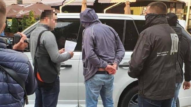 ДБР затримало заступника голови Чернігівської ОДА. Він вимагав $160 тисяч за допомогу у приватизації готелю