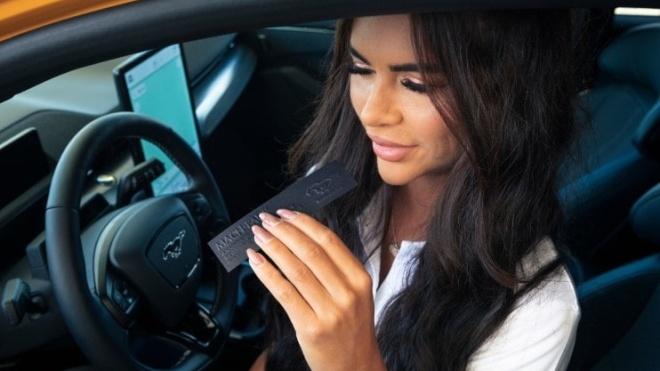 Компания Ford выпустила ароматизатор с запахом бензина. Его будут продавать только владельцам электромобилей