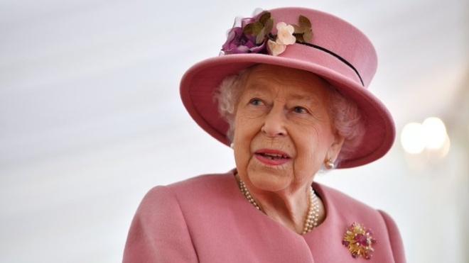 Королева Великобритании вернулась к исполнению своих обязанностей — через 4 дня после смерти мужа